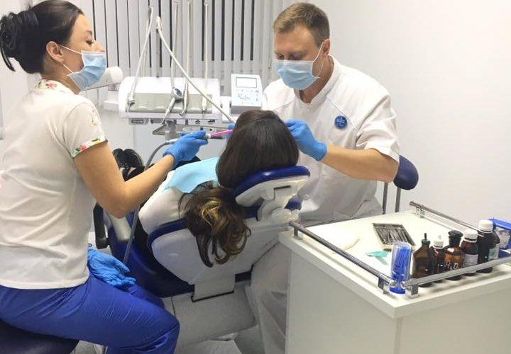 хирург стоматолог за работой